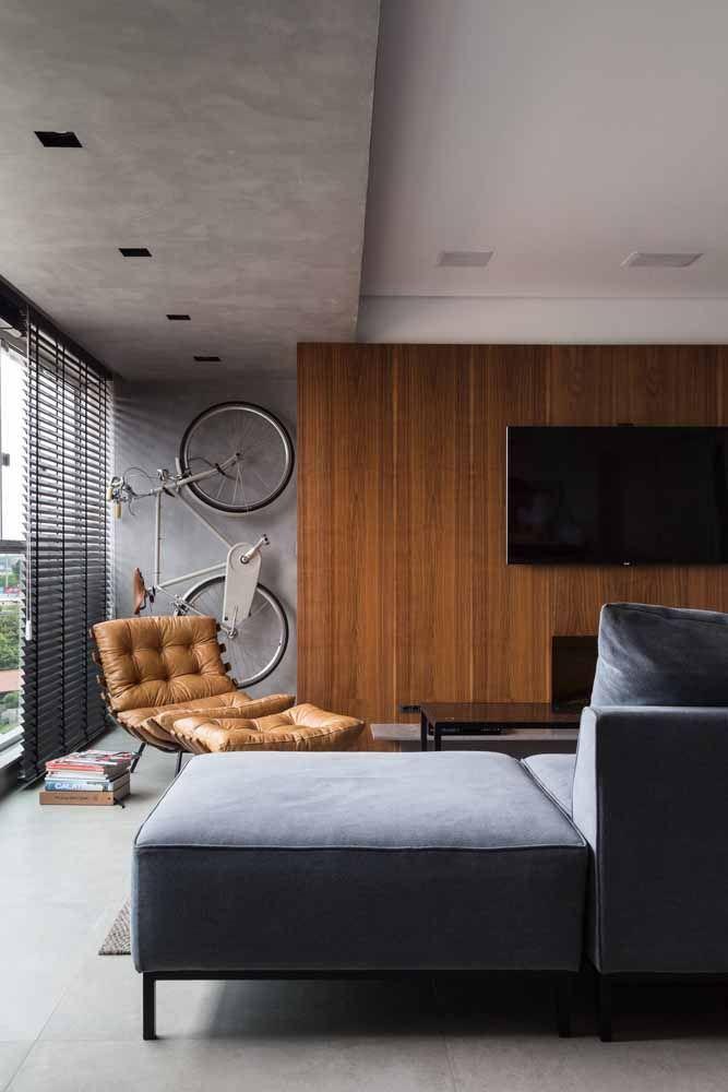 Uma solução criativa e decorativa ao mesmo tempo: usar o amplo espaço da sala para 'estacionar' a bicicleta