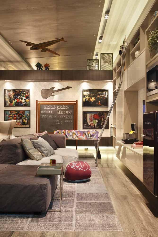 A decoração jovial e descontraída apostou em quadros para marcar o espaço livre da sala