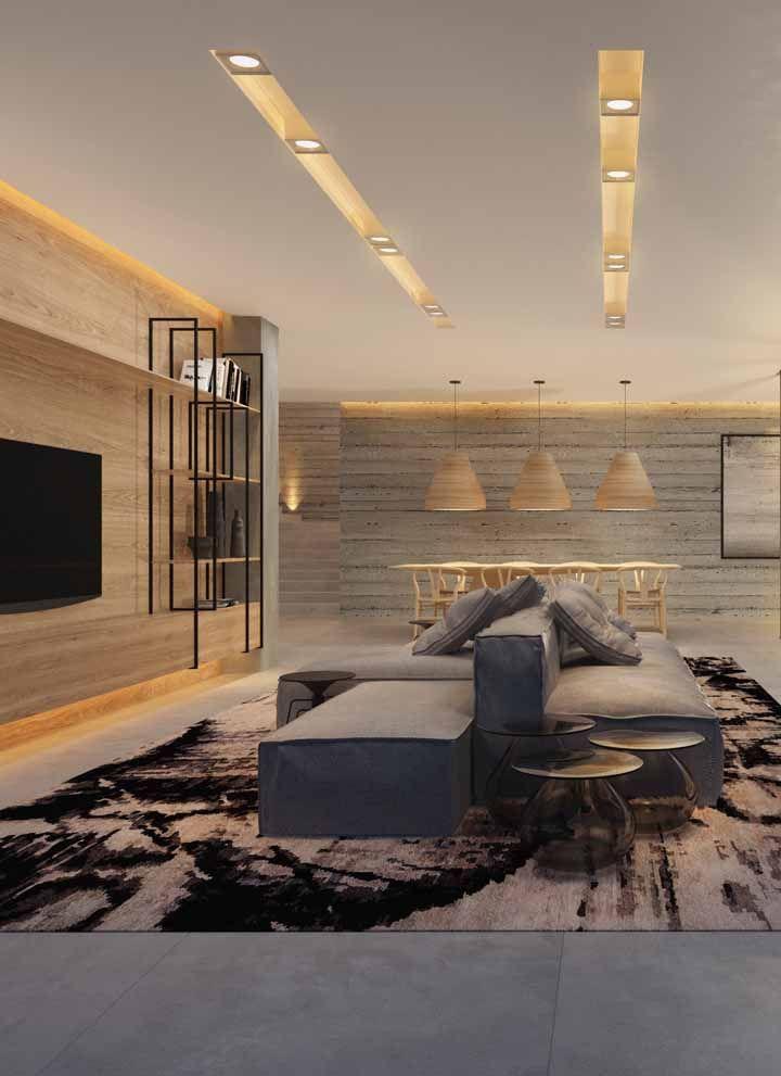 Revestir as paredes com painel de madeira é outra alternativa para deixar a sala grande menos fria e informal