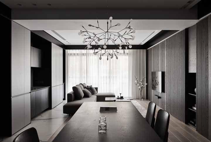 Tons claros e escuros se alternam para deixar essa sala grande decorada na medida certa