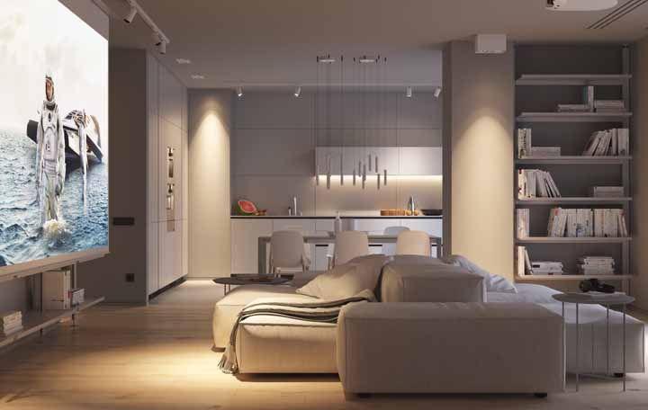 O destaque dessa sala é o projetor que ocupa toda a parede