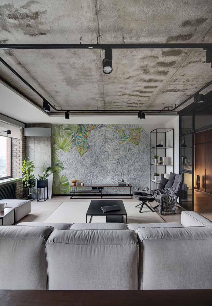 Sala grande e comprida traz poucos elementos em sua decoração, garantindo todo o destaque para o painel na parede principal