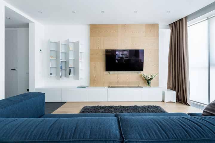 Aqui nessa sala grande, a proposta de decoração foram os tons neutros e um sofá azul para fechar