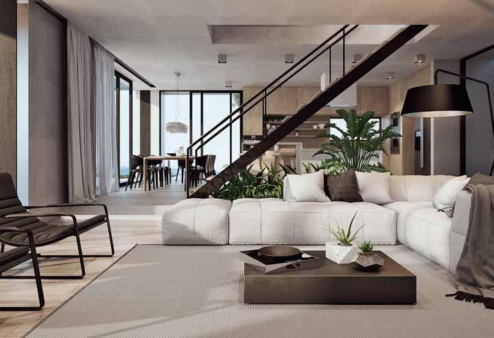 Um único ambiente harmoniosamente decorado em tons de branco e marrom