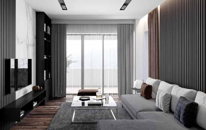 Painéis com estampas verticais ajudam a ampliar a sala para o alto, deixando o espaço mais equilibrado