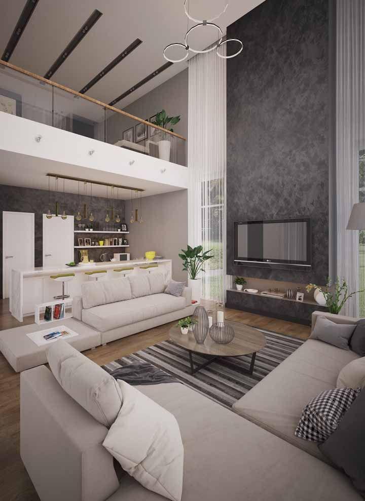 Sala grande integrada com a cozinha apostou no uso de dois sofás para cobrir o ambiente