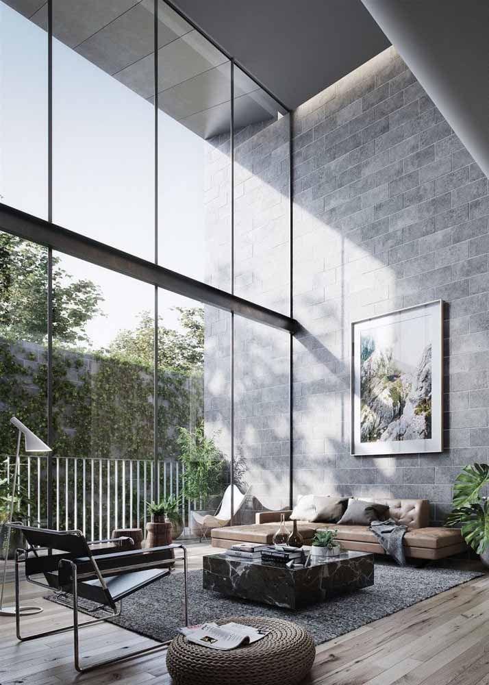 O verde que entra pela ampla janela de vidro ajuda a tornar o ambiente interno mais acolhedor