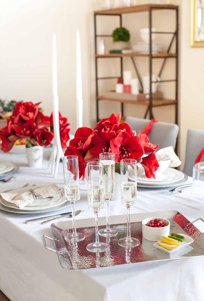 As rosas vermelhas são o grande destaque dessa mesa de Natal