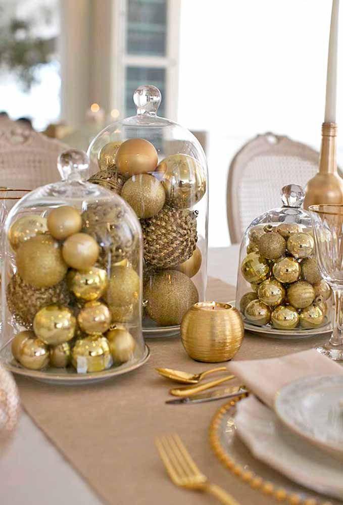 Olha que demais um arranjo feito de bolas douradas dentro uma vasilha transparente. O resultado é um luxo só