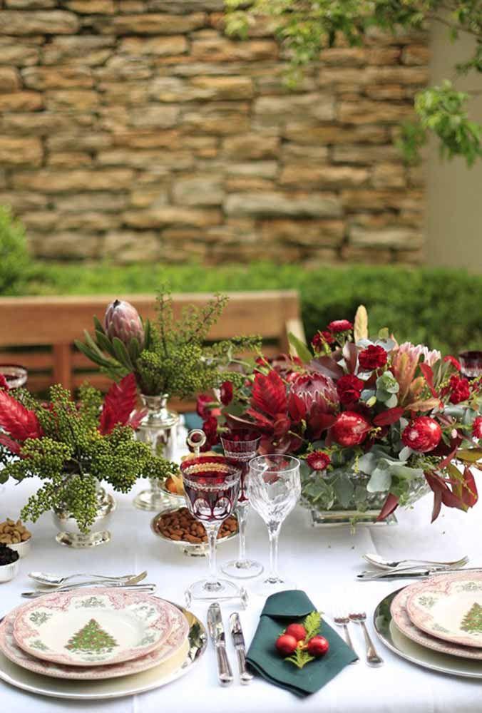 Misturar flores, folhas, frutos e bolas de natal formam um arranjo incrível