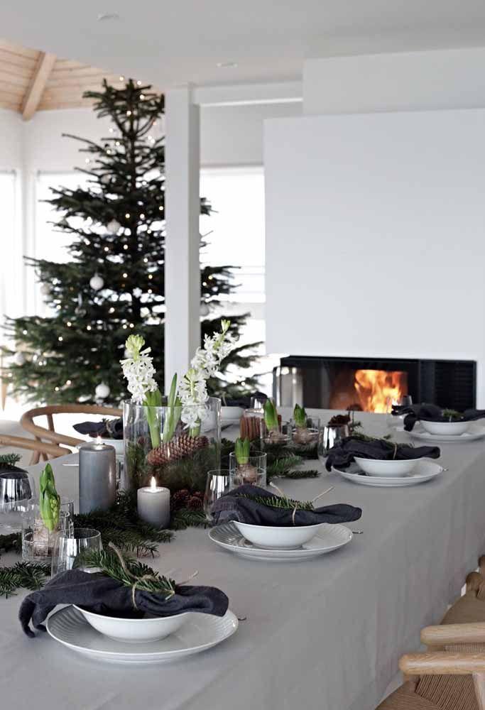 Fazer arranjo com folhas de pinheiro sempre é um bom negócio na decoração de natal