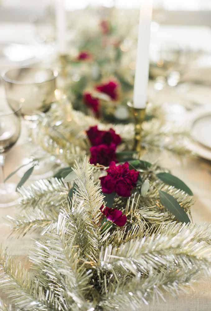 Um arranjo com festão dourado para decorar o centro da mesa