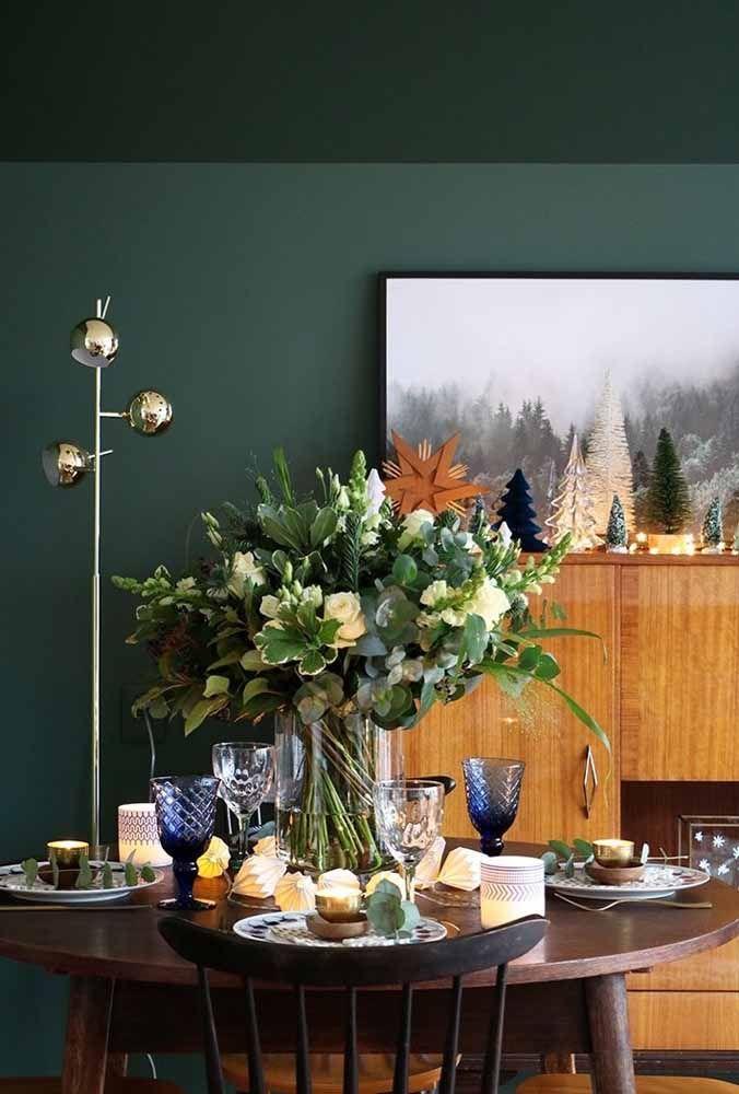 Um belo arranjo de flores transforma algo simples em uma mesa sofisticada