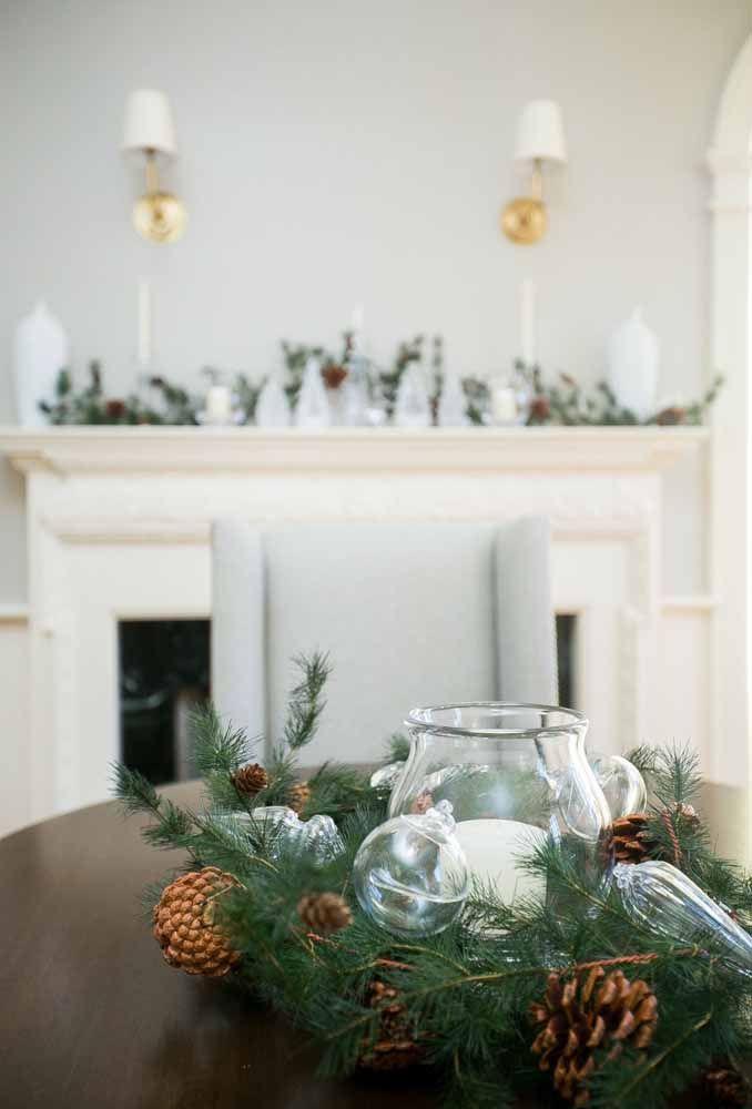 Coloque enfeites natalinos transparentes para fazer um arranjo lindo para a mesa