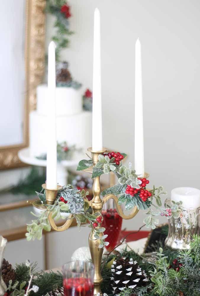 Se você gosta de decoração mais clássica, aposte em belos castiçais para vela