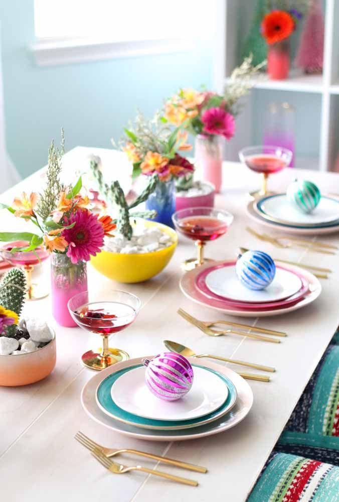 Arranjo simples e colorido para deixar a mesa mais animada