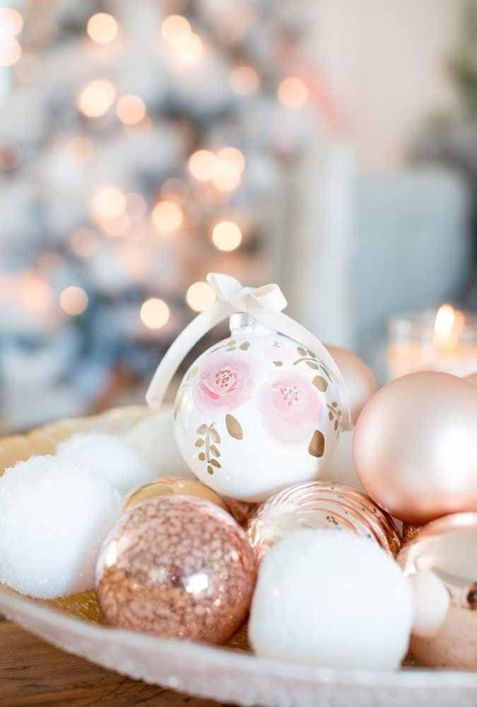 Encha uma bandeja com bolas de natal e seu arranjo para mesa já está preparado
