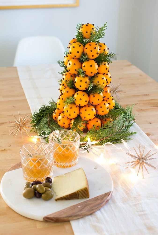 Uma árvore de natal feita com laranjas e folhas de pinheiro. Lindo e original