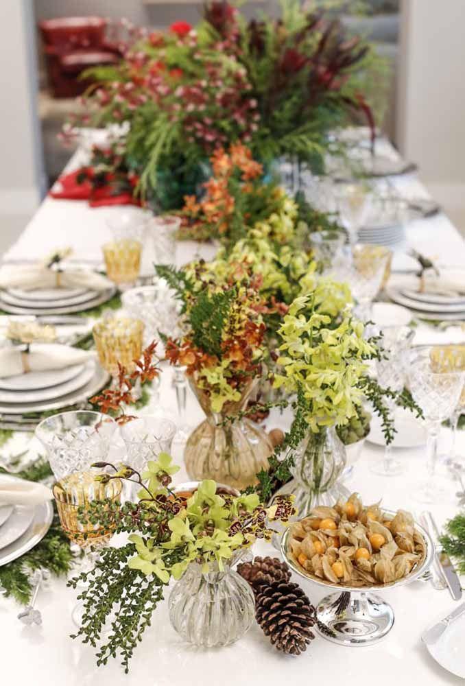 Invista em jarros ou vasos transparentes para colocar os arranjos em cima da mesa