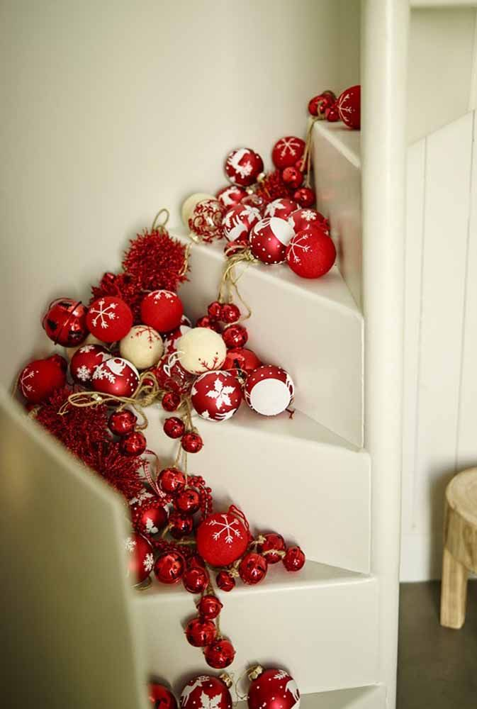 A escada merece toda a atenção na hora de decorar para o natal