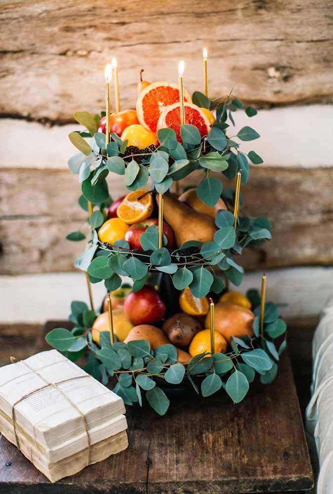 No melhor estilo faça você mesmo: um arranjo com folhas, frutas e mini velas