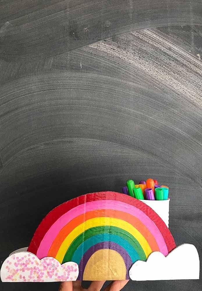 Porta lápis de papelão em formato de arco íris