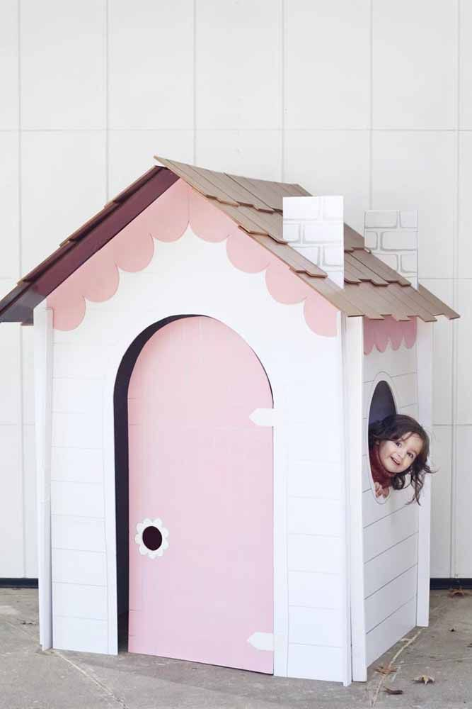 Essa outra casinha de papelão, mais elaborada, tem até porta, janela e telhado