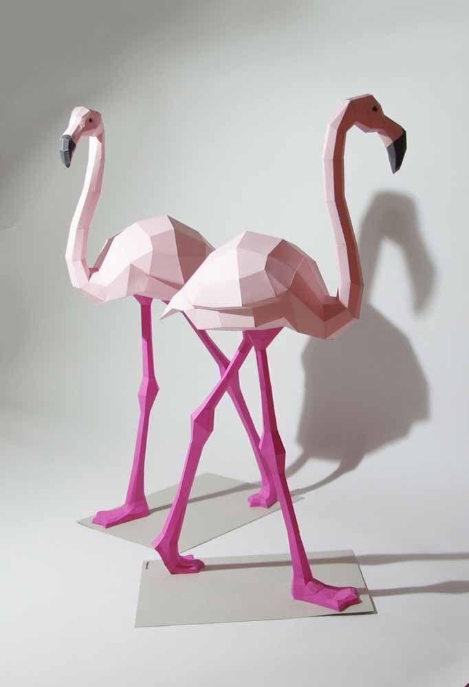 Flamingos em tamanho real feitos de papelão: uma obra de arte para decorar a sala