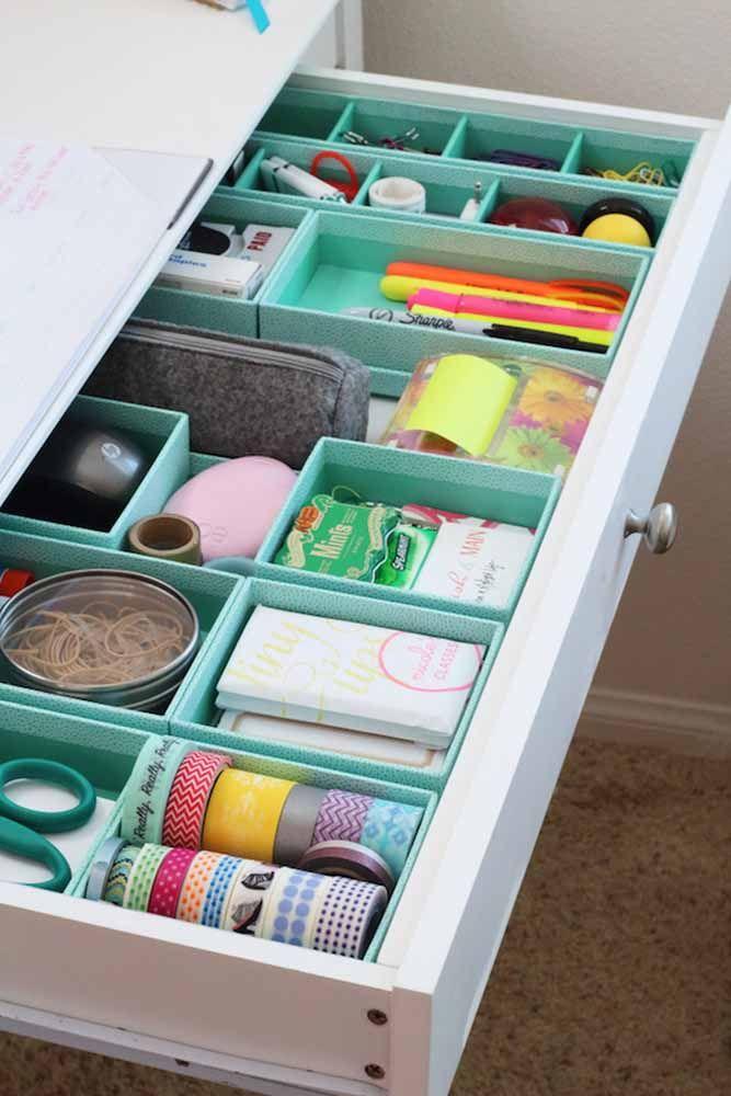 Para deixar a gaveta mais organizada faça divisórias usando papelão