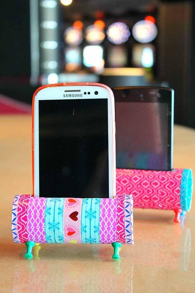Porta celular feito com rolinhos de papel higiênico, muito criativo!