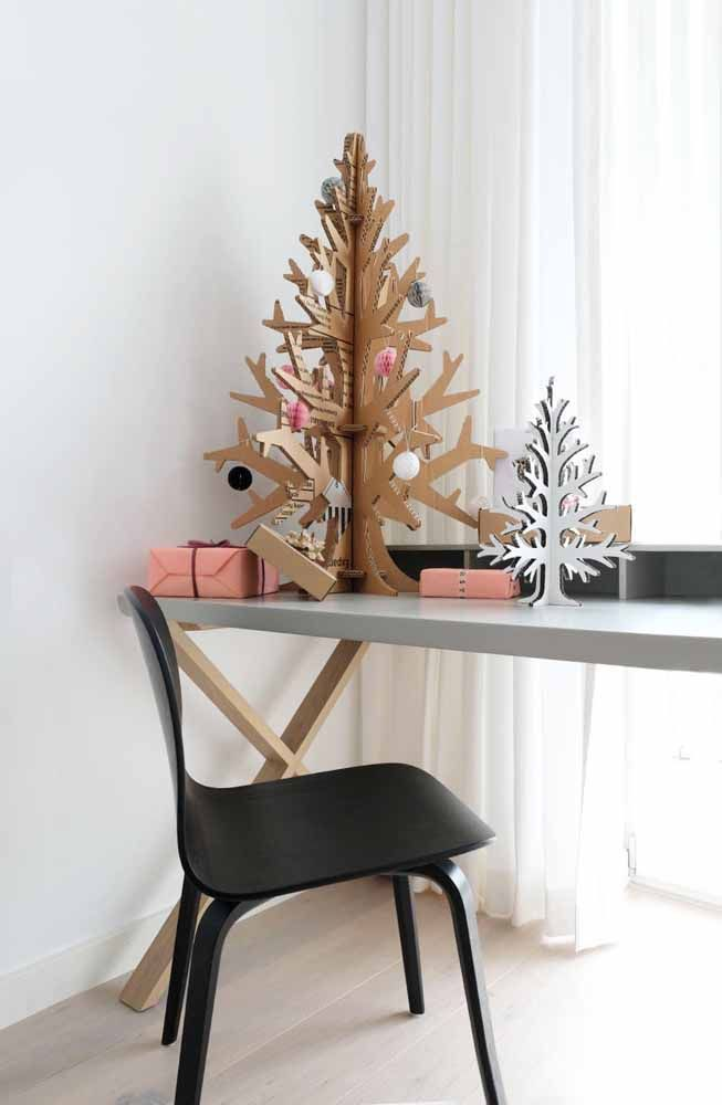 Mini árvores de natal feitas de papelão: se preferir pode deixá-las na cor natural