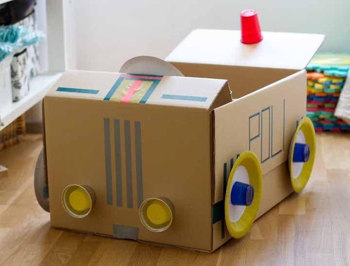 Um clássico dos brinquedos infantis: carrinho de papelão