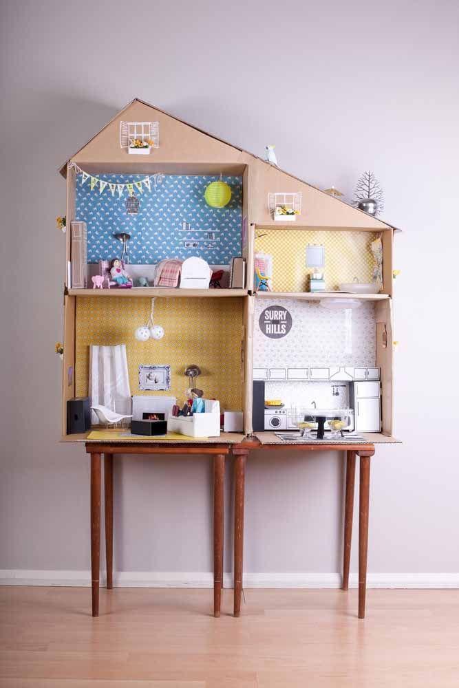 Quem precisa de brinquedos caros? Essa casinha de papelão é uma graça e coloca a imaginação da criançada para trabalhar