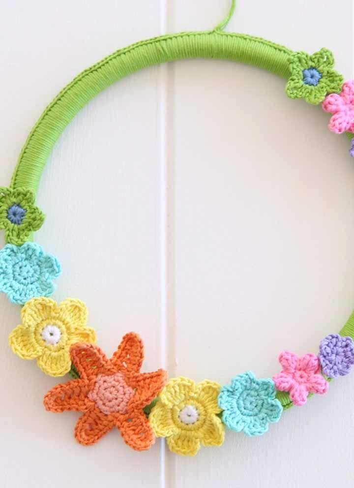 Uma ideia fofa e charmosa para decorar a entrada de casa: guirlanda de crochê