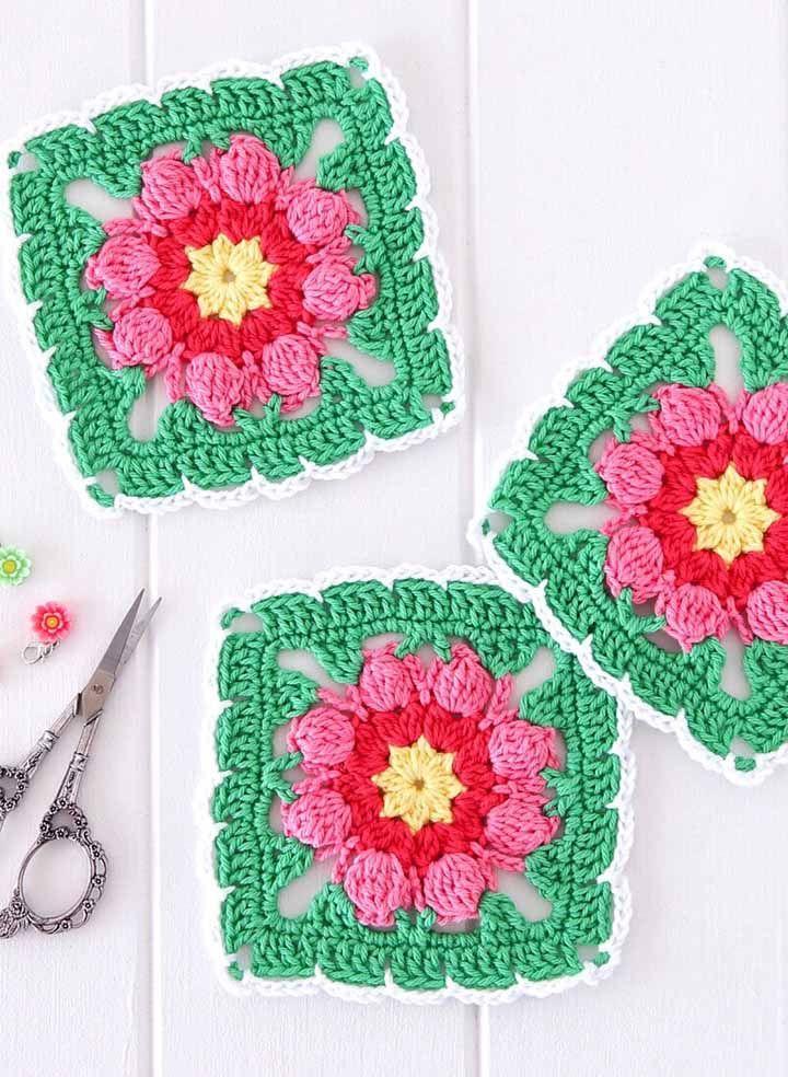 E que tal algumas flores para decorar os quadradinhos de crochê?