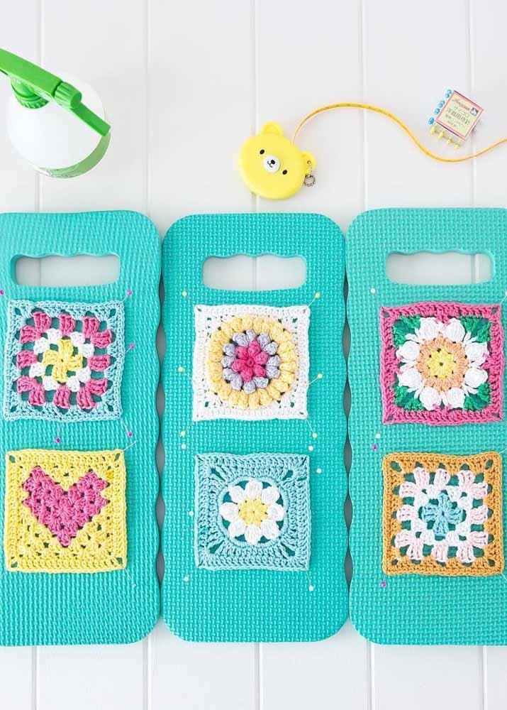 Placas de EVA para fixar os quadradinhos de crochê