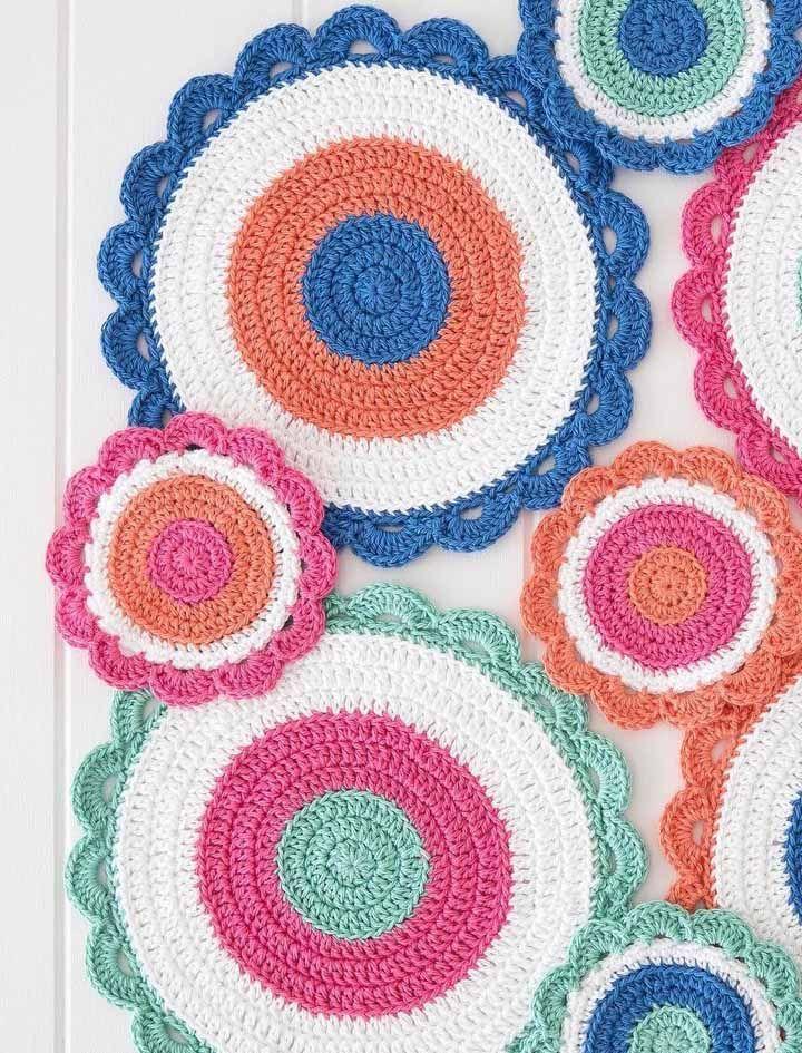 Uma a uma: aqui foram necessários vários círculos de crochê para montar uma toalha de mesa