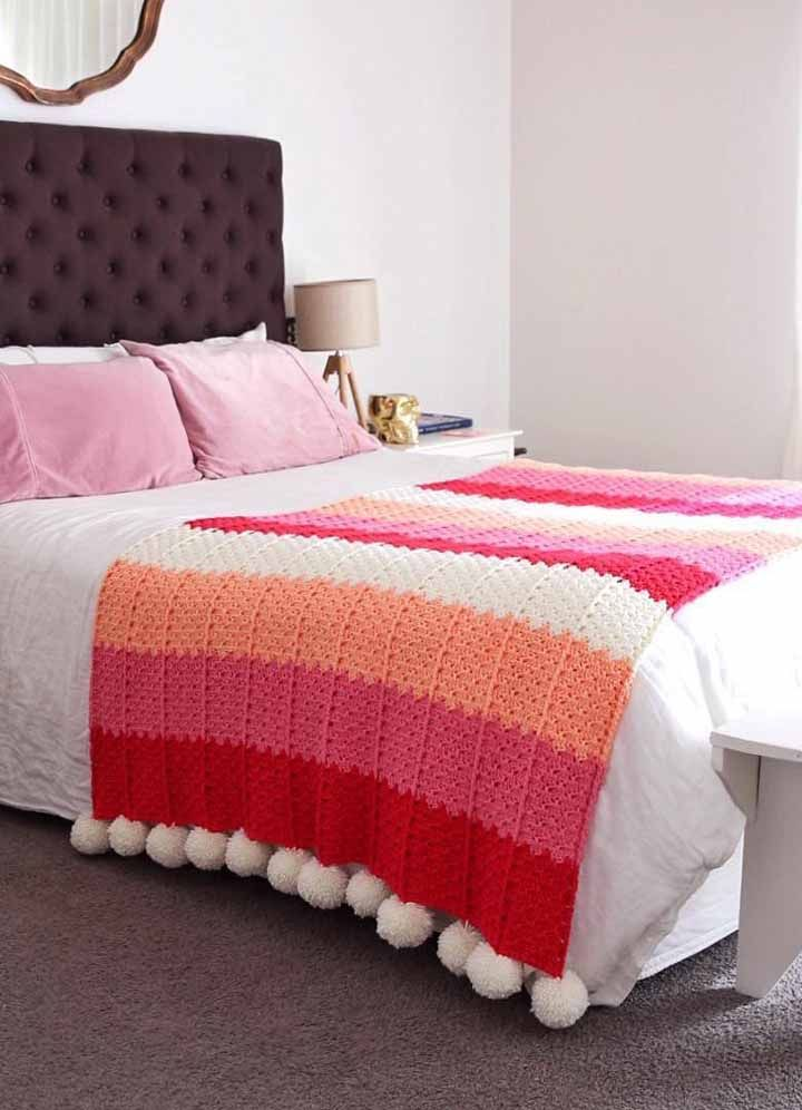 Uma manta quentinha de crochê que serve tanto para se cobrir, quanto para decorar o quarto