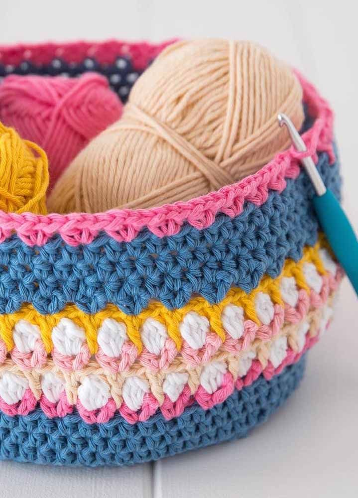 Um cesto de crochê para guardar as coisas de fazer...crochê!