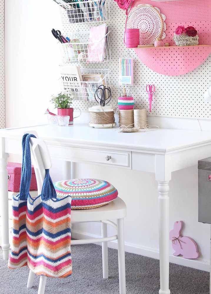 E para decorar a área de trabalho, o crochê aparece em vários lugares: na capa da almofada, na bolsa e na mandala dentro do nicho
