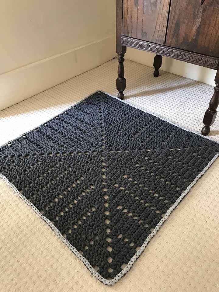 Tapete quadrado simples de crochê, mas que tem toda sua importância na decoração
