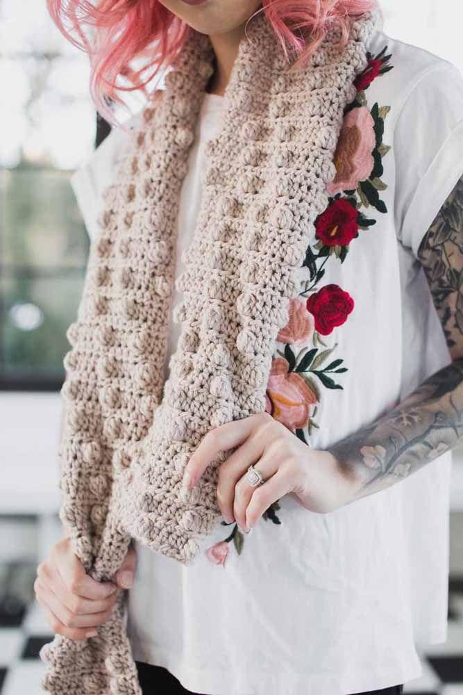 Peça versátil, prática e indispensável no guarda roupa: cachecol de crochê