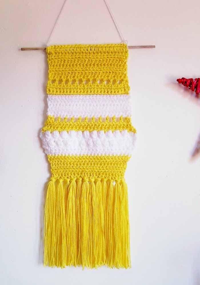 Enfeite de parede de crochê em amarelo ouro
