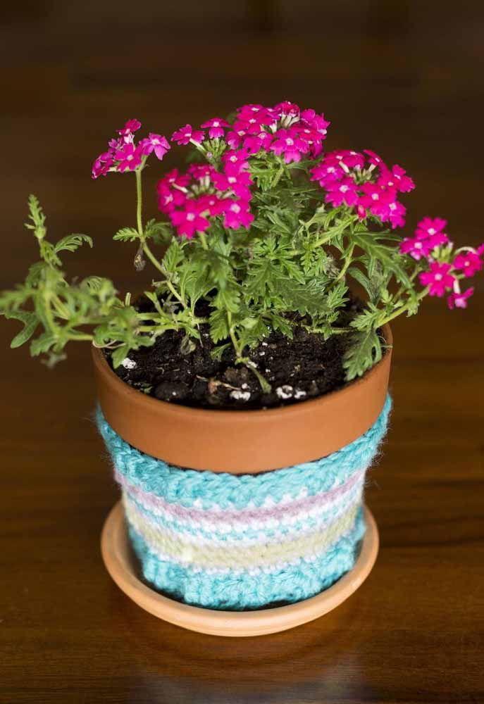 O vaso fica mais charmoso com a capinha de crochê