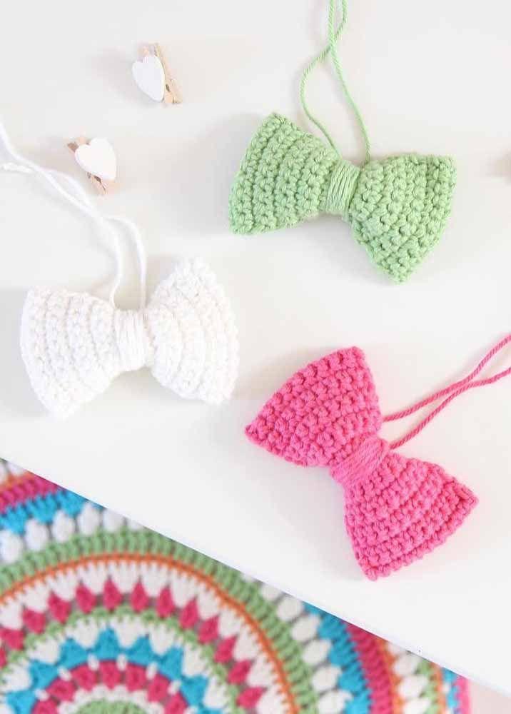 Já esses laços coloridos de crochê podem ser usados como adereço para o cabelo, bolsa e roupa