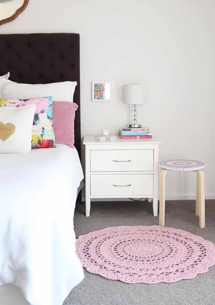 Para deixar o quarto com aquele toque acolhedor e suave, um tapete redondo de crochê