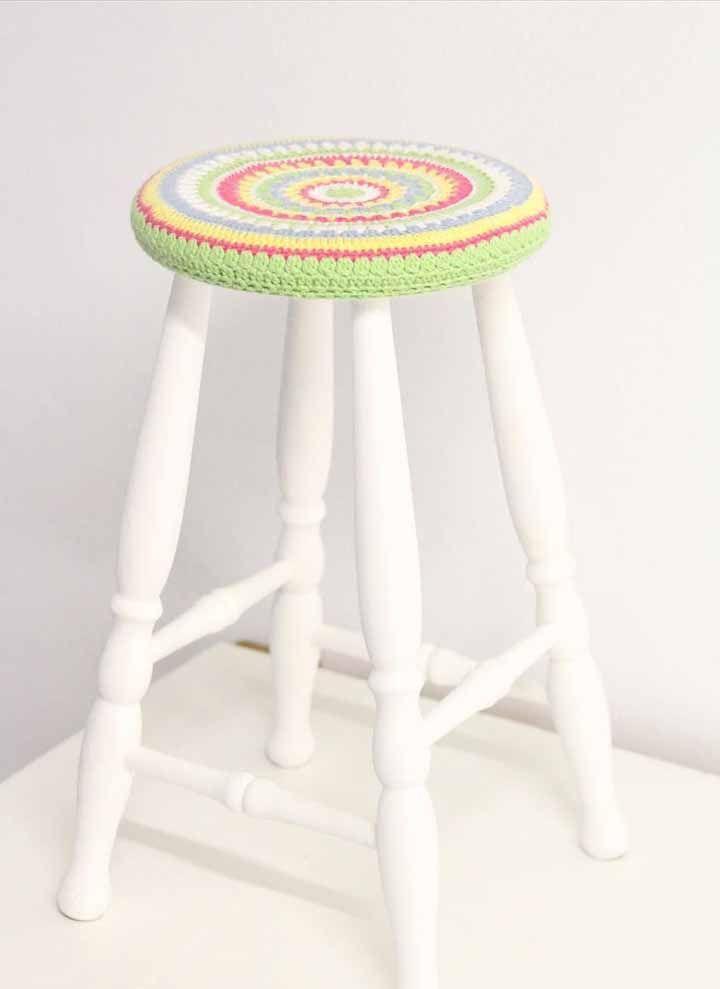 E o banquinho de madeira também pode receber uma cara nova, basta fazer uma capinha de crochê para o assento