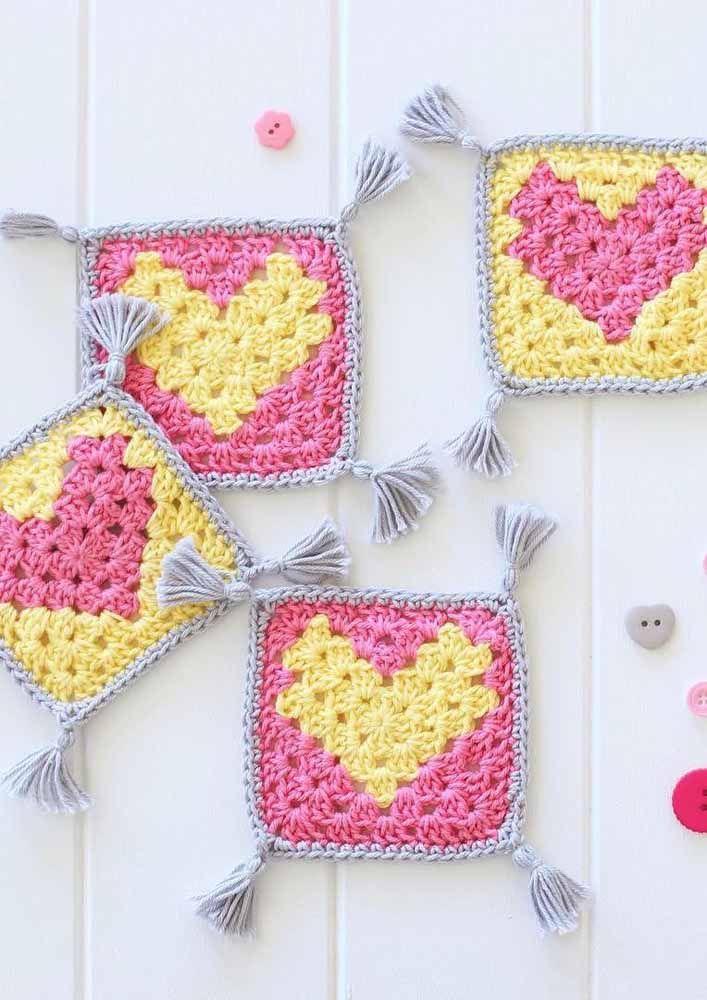Aqueles simples quadradinhos de crochê podem ficar mais interessantes com um coração no centro