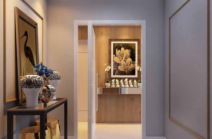 Um aparador com objetos decorativos para receber com charme e beleza