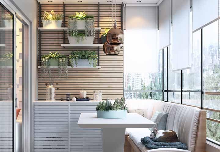 As plantas são fundamentais nas varandas, caso tenha vizinhos de frente use plantas maiores, elas trazem proteção